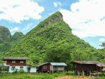 Berg och thai stilhus royaltyfri fotografi