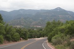 Berg och väg Royaltyfria Bilder