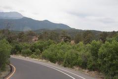 Berg och väg arkivbilder