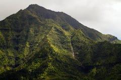 Berg och vattenfall Hawaii Arkivfoton