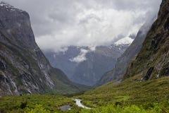 Berg och vattenfall på Milford Sound Hwy Arkivbild