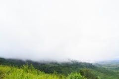 Berg in ochtendmist bij de berg van Khao Kho in Khao distric Kho Stock Afbeeldingen