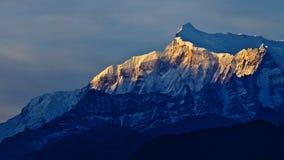 Berg onder zonsondergang Stock Foto's