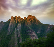 Berg onder zonsondergang Royalty-vrije Stock Foto