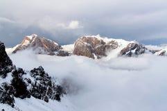 Berg ovanför molnen arkivbilder