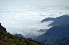 Berg ovanför molnen royaltyfria bilder