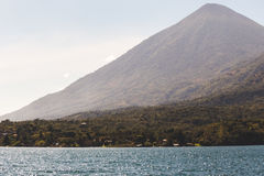 Berg over Meer Atitlan, Guatemala royalty-vrije stock afbeelding