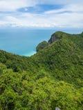 Berg på ö- och havsikt fotografering för bildbyråer