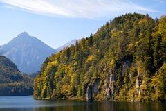 Berg på Alpsee laken Royaltyfria Bilder