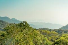 Berg på solnedgången på den Lantau ön, Hong Kong China royaltyfri bild