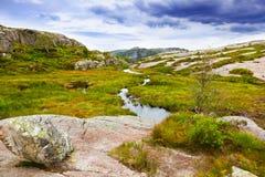 Berg på vägen till Cliff Preikestolen i fjorden Lysefjor Royaltyfri Fotografi