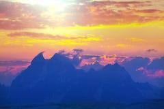 Berg på solnedgång Arkivfoto