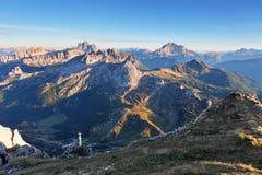 Berg på sommar - överkant av Lagazuoi, Dolomites, Italien Arkivfoton