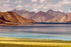Berg Pangong tso-sjö, Leh Ladakh, Jammu and Kashmir, Indien Arkivbild