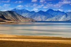 Berg Pangong tso-sjö, Leh, Ladakh, Jammu and Kashmir, Indien Royaltyfri Foto