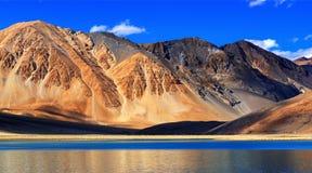 Berg Pangong tso (sjön), Leh, Ladakh, Jammu and Kashmir, Indien Arkivbilder