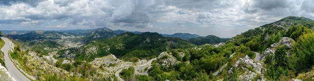 Berg panoramische landschap en weg in de zomer Montenegro, Europa Stock Foto's