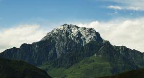 Berg piek witte wolken Stock Afbeelding