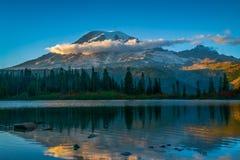 Berg Rainier At Bench Lake stockfotos