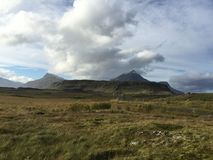 Berg, Rasenfläche mit bewölktem Himmel, Island Stockfoto