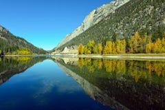 Berg reflekterade i krona sjön i provinsiellt PA för marmorkanjonen Arkivfoton
