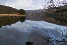 Berg reflekterade i lugna vatten av sjön Llyn Gwynant arkivfoton
