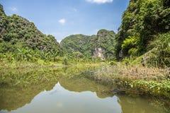 Berg reflekterade i vattnet Royaltyfri Bild