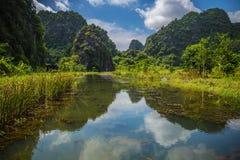 Berg reflekterade i vattnet Arkivbilder