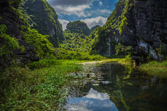 Berg reflekterade i vattnet Arkivfoto