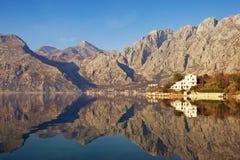 Berg reflekterade i vattnet, medelhavs- landskap för vinter Montenegro fjärd av Kotor arkivfoto