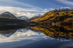 berg reflekterat vatten Royaltyfria Bilder