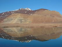 Berg reflektierte sich im See Stockbild