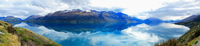 Berg & reflexionssjö från siktspunkt på vägen till Glenorchy, Nya Zeeland arkivbild
