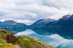 Berg & reflexionssjö från siktspunkt på vägen till Glenorchy, Nya Zeeland Royaltyfri Fotografi