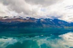 Berg & reflexionssjö från siktspunkt på vägen till Glenorchy, Nya Zeeland Royaltyfri Bild