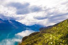 Berg & reflexionssjö från siktspunkt på vägen till Glenorchy, södra ö av Nya Zeeland royaltyfri fotografi