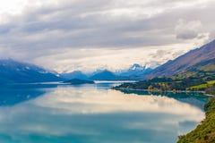 Berg & reflexionssjö från siktspunkt på vägen till Glenorchy, södra ö av Nya Zeeland arkivfoton