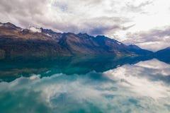 Berg- & reflexionssjösiktspunkt på vägen till Glenorchy, södra ö av Nya Zeeland royaltyfria bilder