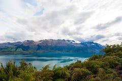 Berg- & reflexionssjösiktspunkt på vägen till Glenorchy, södra ö av Nya Zeeland royaltyfria foton