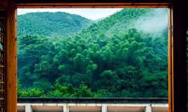 Berg in regen Stock Foto's