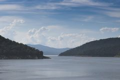 Berg, Rever und Himmelnatur Bhumibol-Verdammungs-Nationalpark, Tak, Thailand lizenzfreies stockfoto