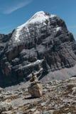 Berg Ridge i italienska Dolomitesfjällängar i sommar Tid och Ston Arkivbild