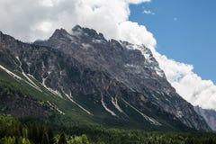 Berg Ridge i italienska Dolomitesfjällängar i sommar Tid Royaltyfri Fotografi