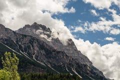Berg Ridge i italienska Dolomitesfjällängar i sommar Tid Arkivbild