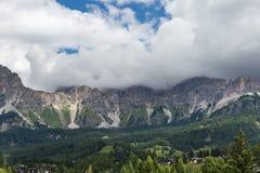 Berg Ridge i italienska Dolomitesfjällängar i sommar Tid Arkivfoton