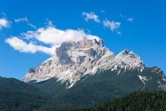Berg Ridge i italienska Dolomitesfjällängar i sommar Tid Royaltyfri Foto