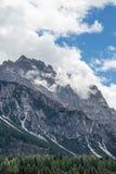 Berg Ridge i italienska Dolomitesfjällängar i sommar Tid Royaltyfria Foton