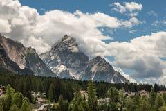 Berg Ridge i italienska Dolomitesfjällängar, träd och typiska hus i sommar Tid Royaltyfria Bilder