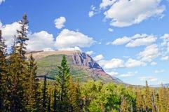 Berg Ridge mot en sommarsky arkivfoto