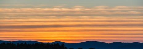 Berg Ridge Silhouetted By en solnedgång Royaltyfria Bilder